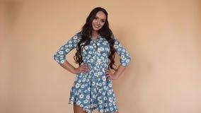 Κορίτσι στο αρκετά μπλε φόρεμα με τα λουλούδια που στρίβουν γύρω απόθεμα βίντεο