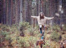 Κορίτσι στο δασικό τελετουργικό συμπεριφορών σαμάνων φθινοπώρου Στοκ φωτογραφίες με δικαίωμα ελεύθερης χρήσης