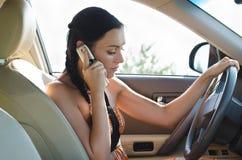 Κορίτσι στο αυτοκίνητο που κουβεντιάζει σε την κινητή στοκ φωτογραφία με δικαίωμα ελεύθερης χρήσης
