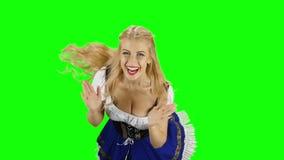 Κορίτσι στο βαυαρικό κοστούμι που πηδά και που χτυπά για τη χαρά πράσινη οθόνη κίνηση αργή απόθεμα βίντεο