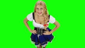 Κορίτσι στο βαυαρικό κοστούμι που χορεύει και που γελά κίνηση αργή πράσινη οθόνη απόθεμα βίντεο