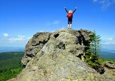 Κορίτσι στο βράχο Τουρίστας στην κορυφή του βουνού Grosser Arber στο εθνικό πάρκο Bayerische Wald Στοκ Εικόνες