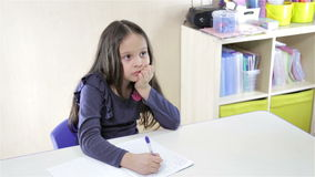 Κορίτσι στο γράψιμο γραφείων φιλμ μικρού μήκους