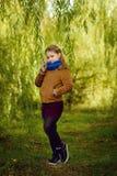 Κορίτσι στο δάσος φθινοπώρου Στοκ Εικόνες