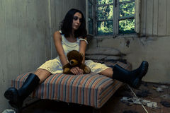 Κορίτσι στο εγκαταλειμμένο δωμάτιο Στοκ εικόνα με δικαίωμα ελεύθερης χρήσης