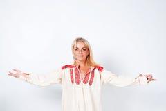 Κορίτσι στο εθνικό πουκάμισο Στοκ εικόνες με δικαίωμα ελεύθερης χρήσης