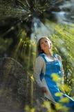 Κορίτσι στο εθνικό φόρεμα στο πάρκο Στοκ Φωτογραφίες