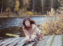 Κορίτσι στο εθνικό ύφος στην ακτή μιας λίμνης μέσα Στοκ εικόνες με δικαίωμα ελεύθερης χρήσης
