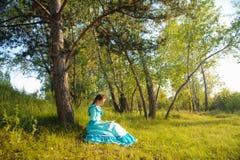 Κορίτσι στο εκλεκτής ποιότητας φόρεμα Στοκ Εικόνες