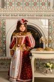 Κορίτσι στο εκλεκτής ποιότητας φόρεμα Στοκ εικόνα με δικαίωμα ελεύθερης χρήσης