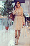 Κορίτσι στο εμπορικό κέντρο με τις τσάντες αγορών Στοκ φωτογραφία με δικαίωμα ελεύθερης χρήσης