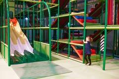 Κορίτσι στο εσωτερικό λούνα παρκ διασκέδασης Στοκ Φωτογραφία