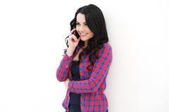 Κορίτσι στο ελεγμένο πουκάμισο που μιλά στο κινητό τηλέφωνο Στοκ εικόνες με δικαίωμα ελεύθερης χρήσης