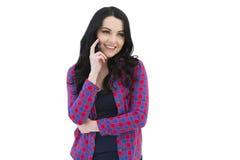 Κορίτσι στο ελεγμένο πουκάμισο που μιλά στο κινητό τηλέφωνο Στοκ Εικόνες