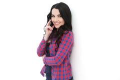 Κορίτσι στο ελεγμένο πουκάμισο που μιλά στο κινητό τηλέφωνο Στοκ Φωτογραφίες