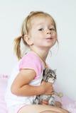 Κορίτσι στο ελεγμένο φόρεμα Στοκ Φωτογραφίες