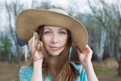 Κορίτσι στο θαλασσινό κοχύλι ακούσματος καπέλων Στοκ φωτογραφία με δικαίωμα ελεύθερης χρήσης