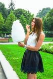 Κορίτσι στο θερινό πάρκο Στοκ Φωτογραφία