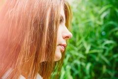 Κορίτσι στο θερινό πάρκο Στοκ Εικόνα