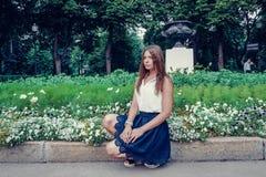 Κορίτσι στο θερινό πάρκο Στοκ Εικόνες