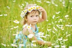 Κορίτσι στο λιβάδι μαργαριτών Στοκ Φωτογραφίες