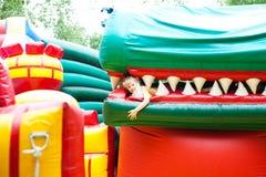 Κορίτσι στο διογκώσιμο πάρκο ψυχαγωγίας Στοκ φωτογραφία με δικαίωμα ελεύθερης χρήσης