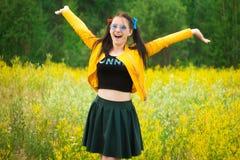 Κορίτσι στο κίτρινο σακάκι σε κίτρινο Στοκ φωτογραφία με δικαίωμα ελεύθερης χρήσης