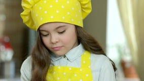 Κορίτσι στο καπέλο αρχιμαγείρων απόθεμα βίντεο