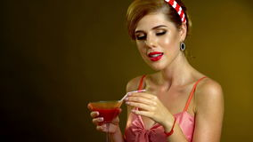 Κορίτσι στο καρφίτσα-επάνω martini ποτών ύφους κοκτέιλ και το φιλί χτυπήματος απόθεμα βίντεο
