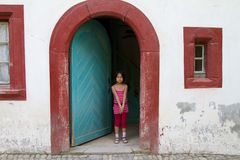 Κορίτσι στο κατά το ήμισυ εφοδιασμένο με ξύλα σπίτι σε ένα χωριό στην Αλσατία Στοκ φωτογραφίες με δικαίωμα ελεύθερης χρήσης