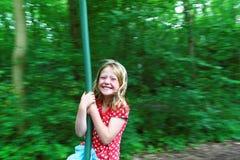 Κορίτσι στο καλώδιο φερμουάρ που έχει τη διασκέδαση στοκ φωτογραφία με δικαίωμα ελεύθερης χρήσης