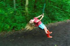 Κορίτσι στο καλώδιο φερμουάρ στοκ φωτογραφίες