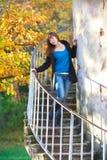 Κορίτσι στο κλιμακοστάσιο πύργων Στοκ φωτογραφία με δικαίωμα ελεύθερης χρήσης