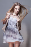 Κορίτσι στο κοντά φόρεμα και το γιλέκο στοκ εικόνα με δικαίωμα ελεύθερης χρήσης