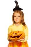 Κορίτσι στο κοστούμι με την κολοκύθα αποκριών Στοκ εικόνα με δικαίωμα ελεύθερης χρήσης