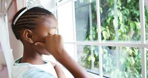 Κορίτσι στο κοστούμι νεράιδων που κοιτάζει μέσω του παραθύρου 4k φιλμ μικρού μήκους