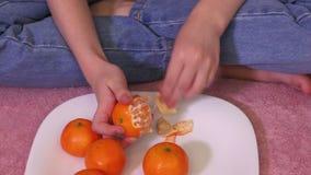 Κορίτσι στο κρεβάτι με τα μανταρίνια απόθεμα βίντεο