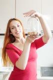 Κορίτσι στο κόκκινο μπουκάλι γυαλιού πλύσης Στοκ Εικόνες