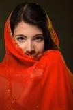 Κορίτσι στο κόκκινο πέπλο Στοκ Εικόνες