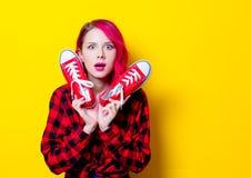 Κορίτσι στο κόκκινο πουκάμισο ταρτάν και gumshoes Στοκ Φωτογραφίες