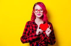 Κορίτσι στο κόκκινο πουκάμισο ταρτάν με το κόκκινο κιβώτιο μορφής καρδιών Στοκ Εικόνες