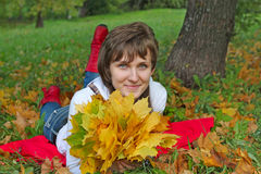 Κορίτσι στο κόκκινο στο ξύλο Στοκ εικόνες με δικαίωμα ελεύθερης χρήσης