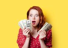 Κορίτσι στο κόκκινο φόρεμα με τα χρήματα Στοκ φωτογραφία με δικαίωμα ελεύθερης χρήσης