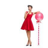 Κορίτσι στο κόκκινο φόρεμα με το τεράστιο lollipop στοκ εικόνες με δικαίωμα ελεύθερης χρήσης