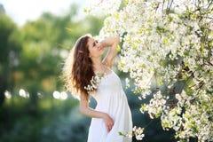 Κορίτσι στο κόκκινο φόρεμα στον κήπο Στοκ φωτογραφία με δικαίωμα ελεύθερης χρήσης
