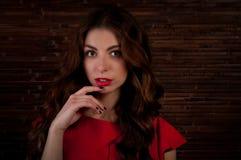 Κορίτσι στο κόκκινο φόρεμα Στοκ Εικόνες