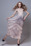 Κορίτσι στο μακρύ φόρεμα στοκ φωτογραφία με δικαίωμα ελεύθερης χρήσης
