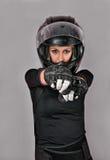 Κορίτσι στο Μαύρο με το κράνος στοκ φωτογραφία με δικαίωμα ελεύθερης χρήσης