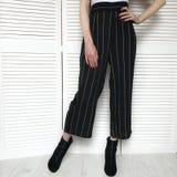 Κορίτσι στο μαύρο παντελόνι με το κόκκινο μανικιούρ στοκ φωτογραφία με δικαίωμα ελεύθερης χρήσης