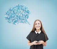 Κορίτσι στο μαύρο φόρεμα στο μπλε κλίμα Στοκ Εικόνες